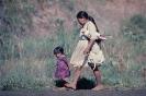 Índias Caiagangue caminhando na Reserva Rio das Cobras PR 1976