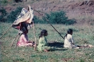 Indias sentadas na estrada próxima da Reserva Rio das Cobras