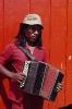 Índio Caiagangue tocando sanfona