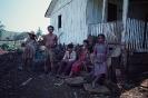 Indios Caiagangue sentados na frente da casa