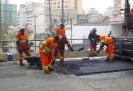 Operários recapeando a rua