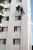 Trabalhadores pintando prédio residencial